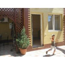 В аренду снять комнату недорого в гостевом доме Евпатории, снять жилье в частном секторе. Цена отдыха от 1000