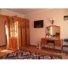 В гостевом доме Теремок у моря трехкомнатная квартира в Евпатории, Крым. Цена отдыха 2018 от 2500 рублей.